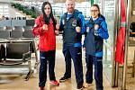 K třinecké thajboxerce nebyl na evropském šampionátu los zrovna příznivý. Na fotografii je Kateřina Klusová (zcela vlevo) společně se svým trenérem Martinem Vaňkou a reprezentační kolegyní Viktorií Bulínovou.