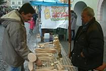 Ladislav Vološin ze Šenova (na snímku vpravo) vyřezává dřevěné kuchyňské nářadí i hračky a prodává je na trzích. Je tojeho celoživotní koníček. Pavel Bouzek z Brušperku si na sobotním jarmarku vybíral z jeho nabídky.