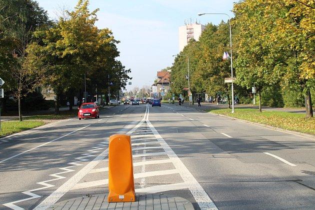 Čtyřproudová silnice v Ostravské ulici ve Frýdku-Místku.