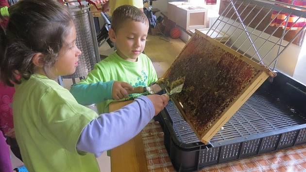 O včelařinu mají zájem i děti, což dokázala vysoká návštěvnost loňské akce Ve včelím království, která se uskutečnila v chlebovickém včelařském naučném areálu.