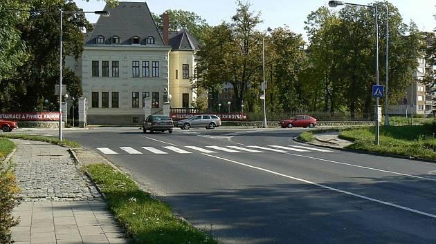 Na tomto místě by měl do konce listopadu vyrůst nový kruhový objezd. Během stavby tu budou řídit dopravu přenosné semafory.