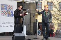 Skauti přivezli do Frýdku-Místku Betlémské světlo, které si lidé mohli v úterý dopoledne odnést z náměstí Svobody.