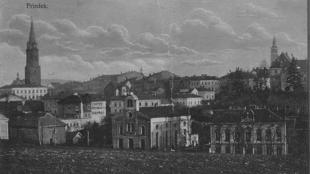 Synagoga ve Frýdku, na snímku je uprostřed.
