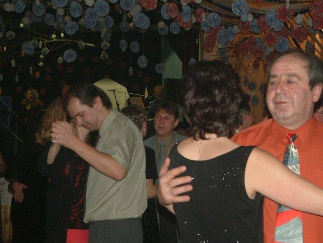 Takhle to většinou vypadá na plesech. Lidé tančí ve vyzdobeném sále.