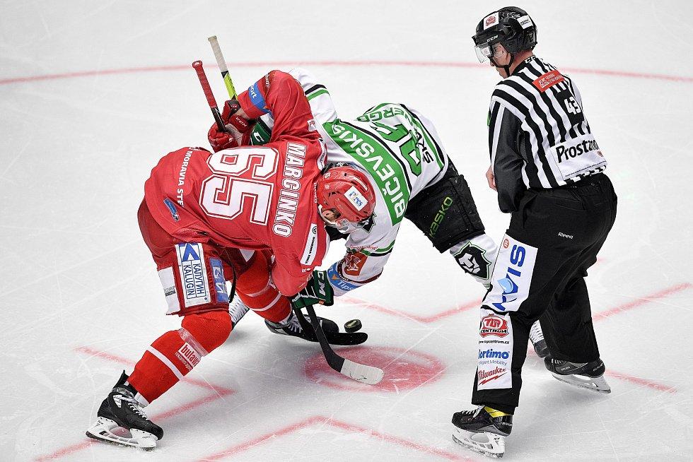 Semifinále play off hokejové Tipsport extraligy - 5. zápas: HC Oceláři Třinec - BK Mladá Boleslav, 11. dubna 2021 v Třinci. (Zleva) Tomáš Marcinko z Třince a Maris Bičevskis z Mladé Boleslavi.