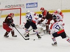 Hokejisté Frýdku-Místku (v červeném) prohráli na ledě Horácké Slavie 0:2.