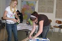 Studentky Iveta Bačgoňová (vlevo) a Lucie Petrová před odjezdem do Německa absolvovaly jazykovou animaci, během které se pomocí her naučily lépe komunikovat.