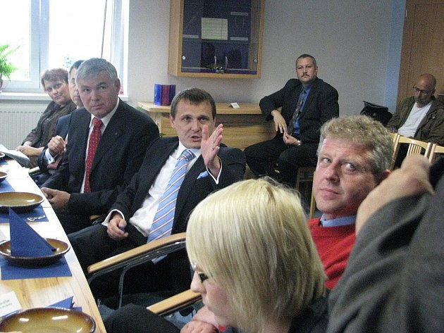 Ministr Vít Bárta (uprostřed) během návštěvy Hrádku. Vpravo bystřický starosta Ladislav Olšar, v popředí poslankyně Kristýna Kočí.
