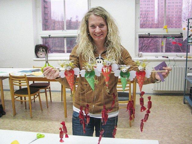 Takhle vypadá letošní adventní kalendář plný sladkostí, který vyráběly děti ve výtvarné dílně SVČ Klíč pod dozorem Evy Otýpkové (na snímku) a  Karolíny Lepíkové.