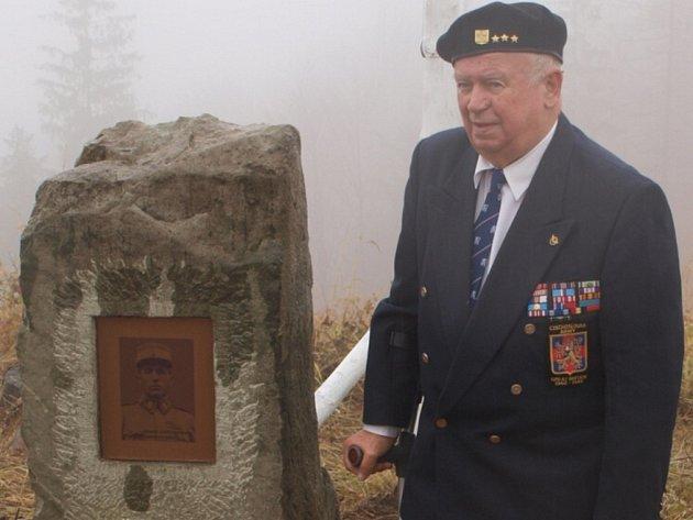 U obelisku stojí plukovník ve výslužbě Adolf Kaleta z Hrádku, válečný veterán a účastník bojů u Dunkerque.