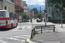 Dopravní značení zákazu vjezdu na TGM přestal od pondělí platit pouze pro řidiče autobusů, zásobovacích a záchranářských vozů a cyklisty. Ostatní řidiči si budou muset ještě počkat.