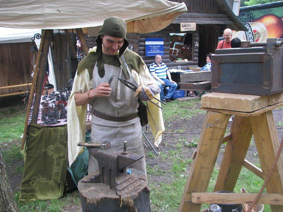 Na folklorních slavnostech Gorolski Święta v Jablunkově měli návštěvníci možnost sledovat také Miloslava Chytila při jeho rukodělných pracích.