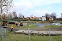 """Přípravné práce na rekonstrukci splavu """"U Žida""""."""