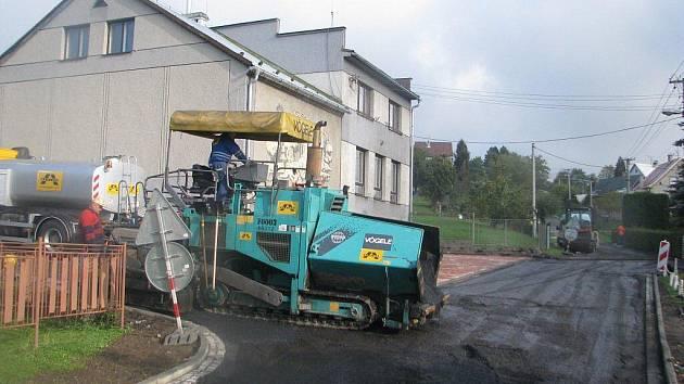 V centru Janovic v úseku mezi kostelem a obecním úřadem právě dělníci dokončují rekonstrukci silnice. Od kostela k mateřské škole navíc vzniká i zbrusu nový chodník pro pěší.