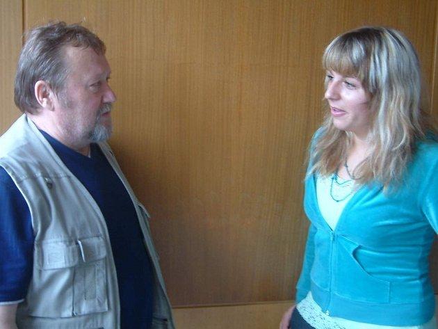 Spisovatel Jan Kukuczka starší hovoří s Nelou Chamrádovou. Studentka přišla s nápadem uspořádat večer, který představí mladé umělce.