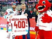 Třinecký Martin Růžička (vlevo) s památečním dresem za 400 kanadských bodů v dresu Ocelářů.