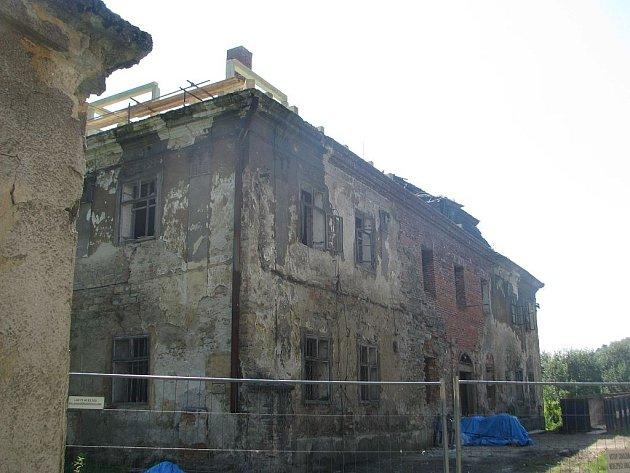 Zchátralý zámek vRopici prochází rekonstrukcí. Noví majitelé mu chtějí navrátit podobu, jakou měl za první republiky. Tato vypadal areál ve čtvrtek 18.srpna. 2011.