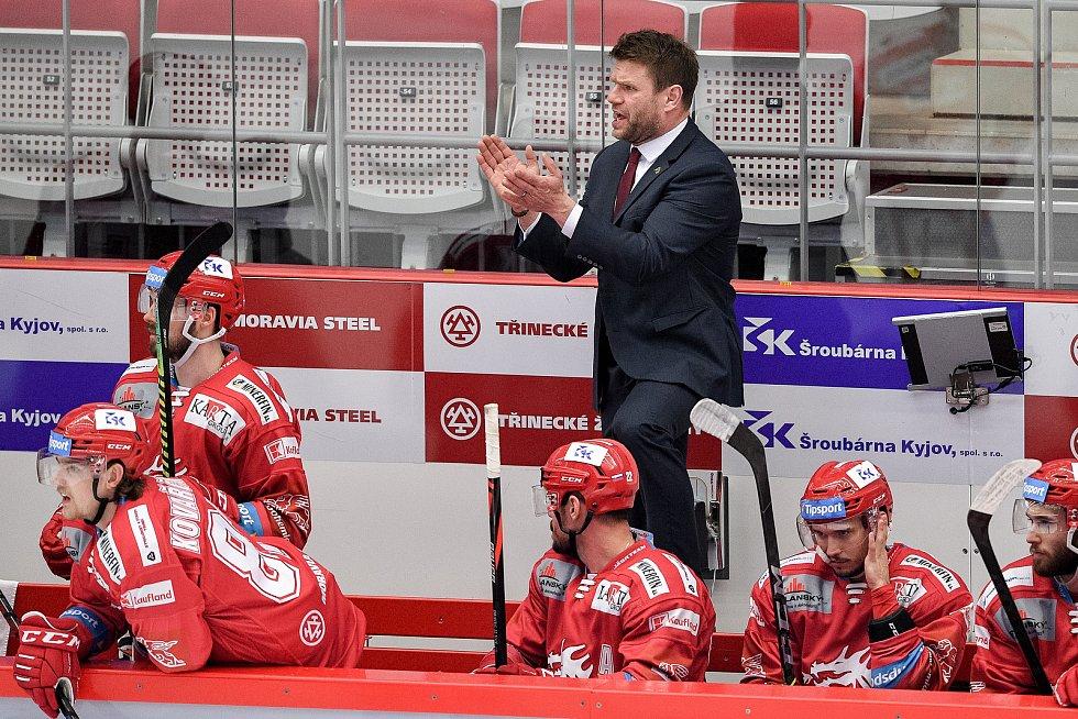 Semifinále play off hokejové Tipsport extraligy - 5. zápas: HC Oceláři Třinec - BK Mladá Boleslav, 11. dubna 2021 v Třinci. (střed) Trenér Třince Václav Varaďa.