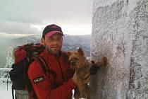 Libor Uher při výstupu na Lysou horu s rodinným mazlíčkem Fíkem.