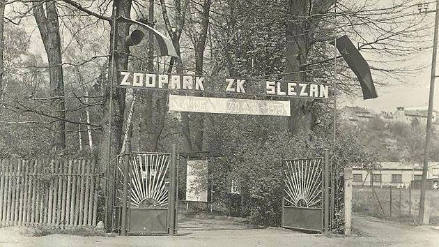Vstup do zooparku, který se pro veřejnost otevřel v roce 1960. Zrušen byl v polovině 70. let.