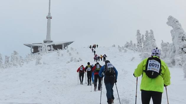 Závodníci stoupají na vrchol Lysé hory. Archivní snímek.