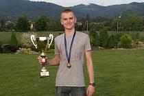 Medailista Marek Grycz s pohárem.