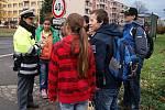 Třinečtí dopravní policisté se 8. listopadu zaměřili na chodce a jejich chování při přecházení silnice. Na přechodu v Jablunkovské ulici oslovili desítky lidí různého věku.