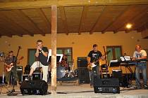 Areál restaurace Na koupališti v Kozlovicích byl v pátek 2. srpna velice slušně zaplněn. Konal se zde letní večer s legendární místní rockovou kapelou Trifid, která vznikla už v roce 1972.