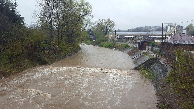 Vytrvalý déšť rozvodnil také potoky a řeky na Jablunkovsku.