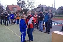 Kapitán Marek Pavlásek přebírá z rukou starostky trofeje za vítězný tým fotbalové přípravky TJ Sokol Dobrá.