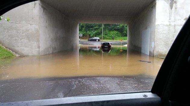 Zdůvodu prudkých přívalových srážek byl zaplaven podjezd vOkružní ulici ve Frýdlantu nad Ostravicí pod silnicí I/56.
