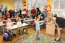 Vítání prvňáčků na Základní škole 1. máje ve Frýdku-Místku.