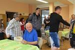 Integrovaný sociální ústav – Domov pro osoby se zdravotním postižením v Komorní Lhotce zažil v pondělí 27. května velkou slávu. Mezi klienty tohoto zařízení totiž na besedu zavítali tři hokejisté extraligového HC Oceláři Třinec.