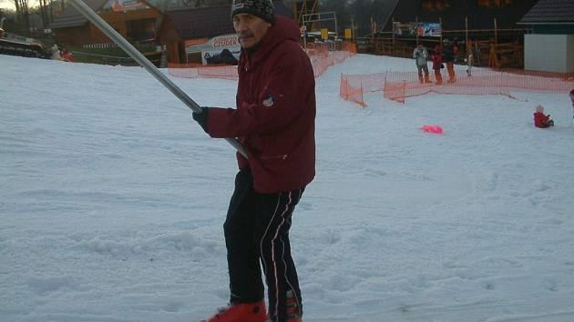 Po sjezdovce v Mostech se v sobotu projel i tento lyžař.