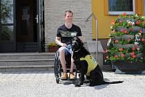 Novodobý válečný veterán Lukáš Hirka se svým asistenčním psem.