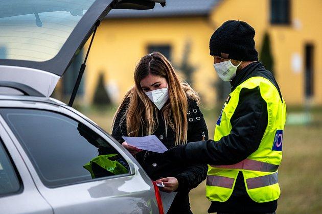 Policie 1.3.2021začala kontrolovat, jestli lidé dodržují nová protiepidemická opatření omezující volný pohyb mezi okresy. Na fotografiích stanoviště například Nová Bělá směr Krmelín, Ostravice, Frýdek-Místek směr Havířov a Havířov. 1.března 2021.
