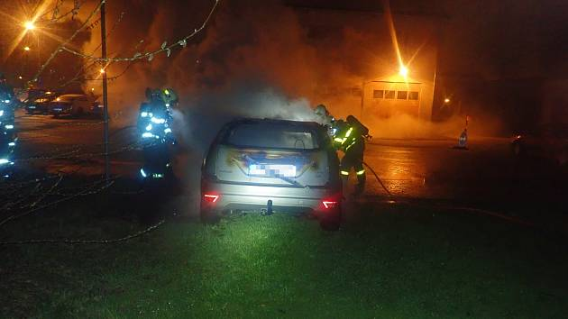 Noční požár automobilu ve Frýdku-Místku.