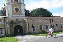Barokní zámek v Paskově byl postaven v letech 1640 až 1646 za Václava z Vrbna, patrně na místě původní tvrze.