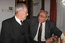 Jiří Svoboda (vpravo) v rozhovoru s Miloslavem Olivou.