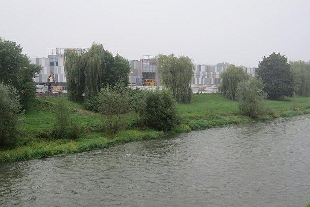 Září 2014.Rok po zahájení demoličních prací se pravý břeh Ostravice vcentru Frýdku-Místku změnil knepoznání.