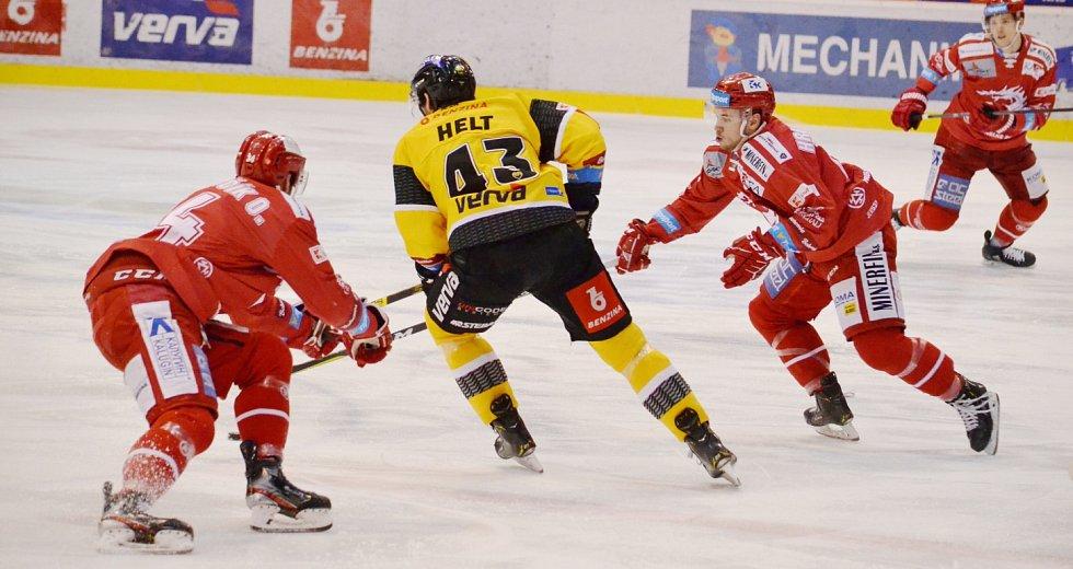 Oceláři (v červeném) si připsali v Litvínově tři body.