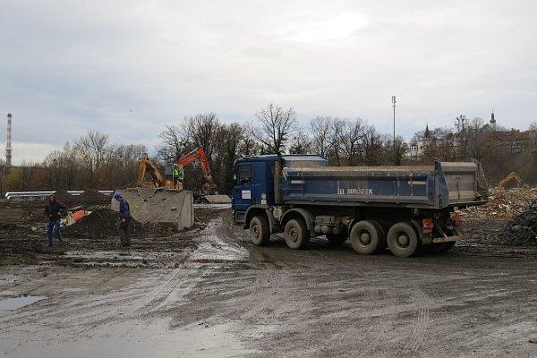 Listopad 2013.Demoliční práce plynule přešly ve výstavbu nového obchodního centra. Vprvní polovině listopadu poklepali investoři na základní kámen.