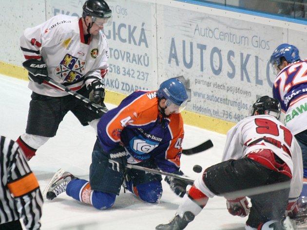 Hokejisté Frýdku-Místku (bílé dresy) si z jižní Moravy přivezli tři cenné body, když hodonínské Drtiče porazili 5:2.