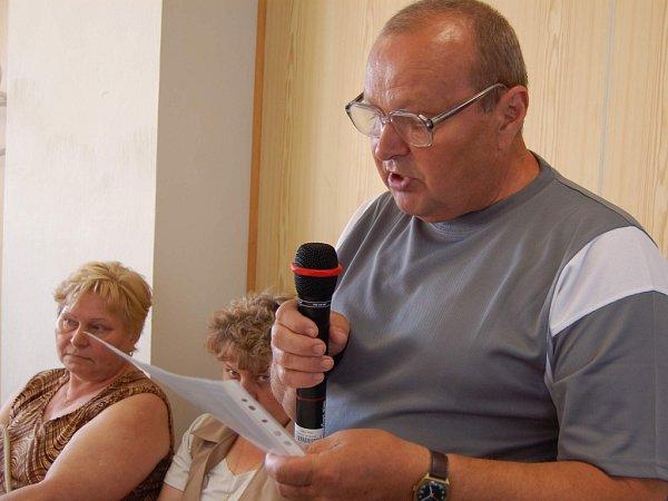 Jan Kovařík čte zastupitelům dopis nájemníků zKoperníkovy ulice. Foto:Deník/Marek Cholewa