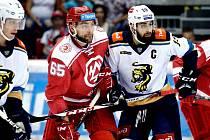 Tomáš Marcinko (v červeném) je oporou Ocelářů.