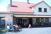 V parných letních dnech se nejlíp sedí pod slunečníkem před restaurací.