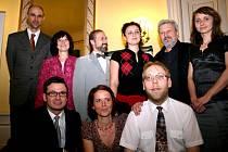 Markéta Dembková z Frýdlantu nad Ostravicí (stojící zcela vpravo) na semifinálovém večeru v Praze.