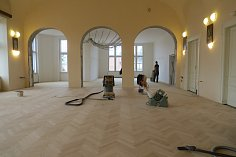 Rekonstrukce historického sálu v jablunkovské radnici vrcholí.