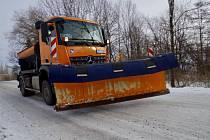 Vozidlo zimní údržby v Gutech - místní části Třince.
