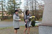 Primátorka Věra Palkovská klade kytici u pomníku se jmény 83 obětí 1. světové války v Jablunkovské ulici.